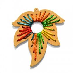 Ciondolo in Legno Foglia decorata con Fili 77x68mm