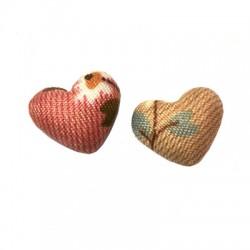 Bouton cœur en tissu avec motif floral 17x15mm